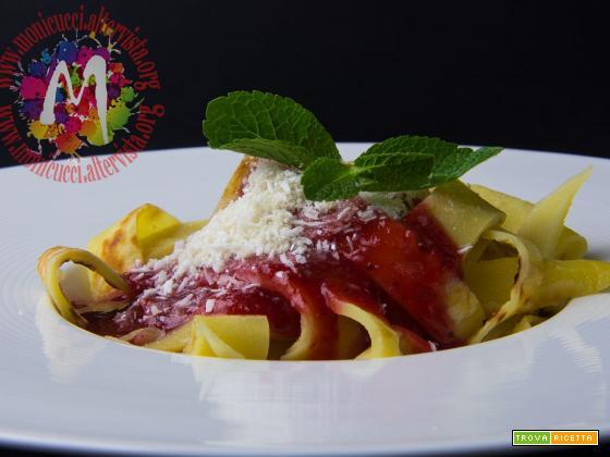 Tagliatelle fatte in casa con sugo di pomodoro al basilico e Parmigiano