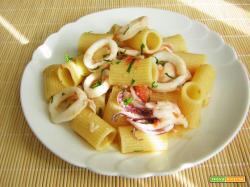 Mezze maniche con calamari e persico