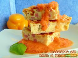 Torta salata al prosciutto con salsa ai peperoni