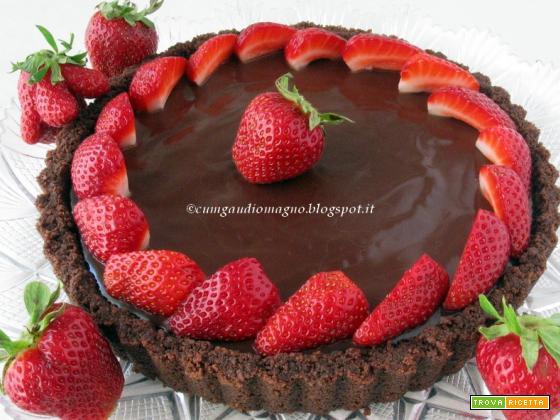 Crostata PORCA di cioccolato e fragole: facile, veloce e senza cottura!