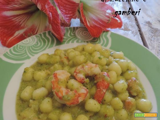 Gnocchi con pesto di zucchine e gamberi