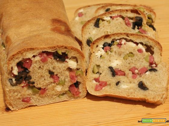 Pane rustico semintegrale con olive, salame, e quartirolo