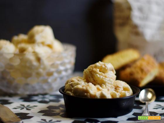 Gelato ai biscotti di Prato con riduzione al vinsanto