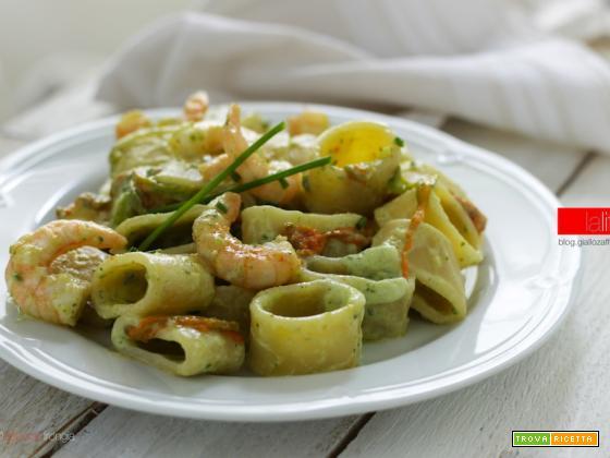 Calamarata con gamberi, fiori di zucca e zucchine