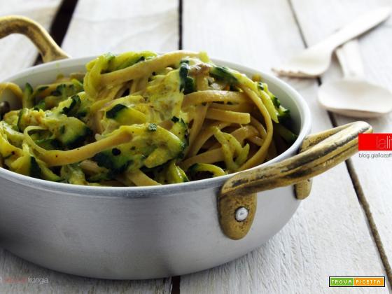 Pasta con curry e zucchine | Ricetta veloce