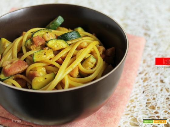 Pasta con zucchine e pancetta con curcuma