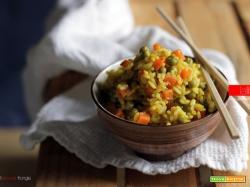 Riso al curry con piselli e carote.