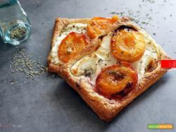 Sfogliatine salate con albicocche e formaggio