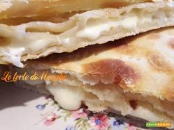 Pizza sfogliata con formaggio vastedda