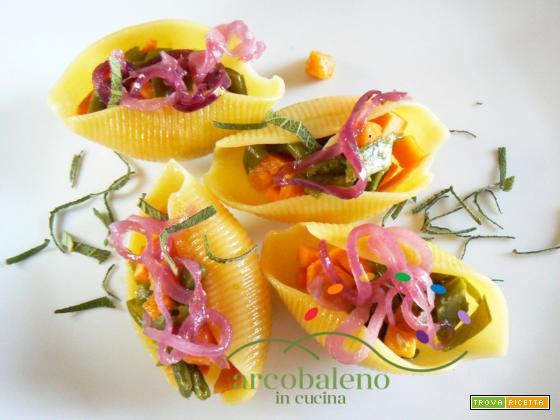 Conchiglioni gluten free ripieni con Taccole e Batata guarniti con Cipolla Rossa in agrodolce e foglie di Salvia fresca
