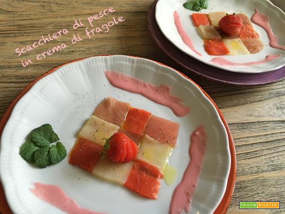 Scacchiera di pesce in crema di fragole