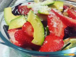 Insalata con avocado e fragole