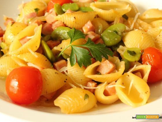 Conchiglie di pasta con fave, prosciutto e pomodorini