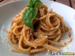 Spaghetti con pesto di melanzane e pomodori secchi