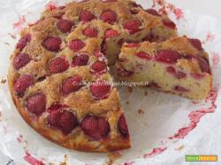 Torta di mais, riso e mandorle con fragole e ricotta (senza glutine)