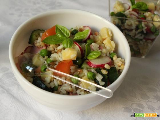 Insalata con tris di cereali, zucchine, ravanelli e wurstel