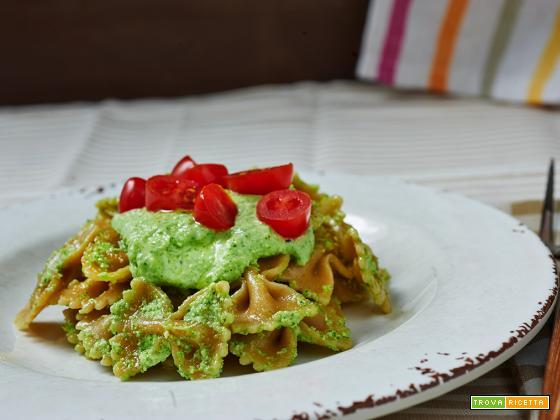 pasta integrale con pesto di sedano e pomodorini