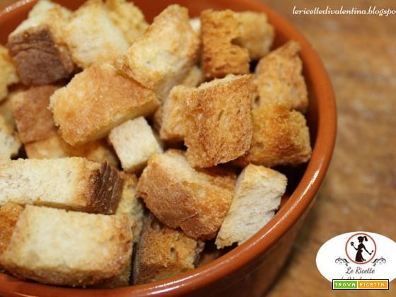 Crostini di pane vecchio per creme e zuppe con la friggitrice ad aria senza grassi