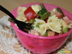 Insalata con farfalle, zucchine, fagiolini, wurstel e pomodori