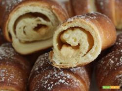 Cornetti di pan brioche con crema alle mandorle