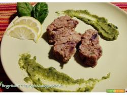 Polpettone di borlotti alle erbe aromatiche con salsa di zucchine al basilico e menta