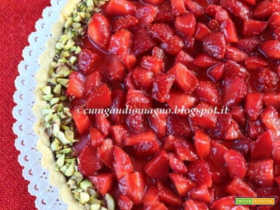 Crostata estiva con crema fresca di ricotta, fragole e pistacchi e frolla a scelta