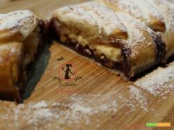 Treccia di sfoglia ai mirtilli e cioccolato bianco nocciolato.