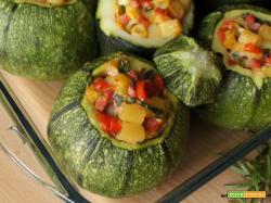 Zucchine tonde ripiene con pasta, wurstel, fontal e pomodorini