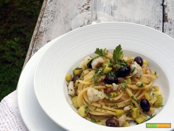 Chitarrine con rana pescatrice, pancetta, zucchini e olive taggiasche