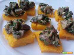 Crostini di polenta fritta ai funghi