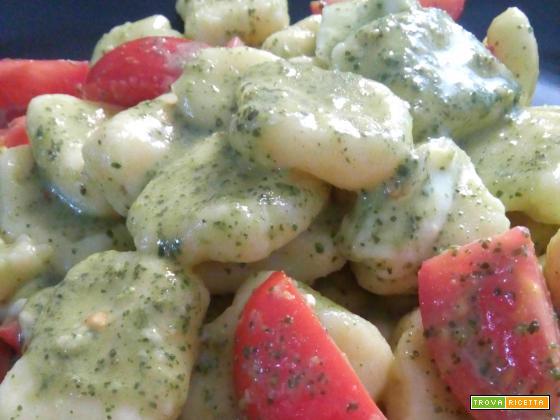 Gnocchi di patate con pesto, pomodoro e mozzarella