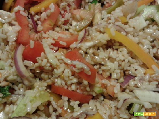 Insalata di cereali e verdure crude
