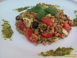 Insalata di farro al pesto con pomodoro, mozzarella ed olive