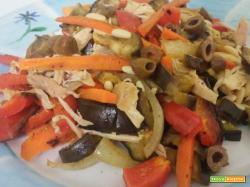 Insalata di pollo con verdure grigliate, pinoli ed olive taggiasche