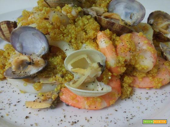 Insalata di quinoa al curry e frutti di mare