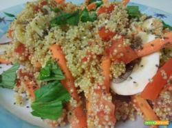 Insalata di quinoa con verdure crude e semi di chia