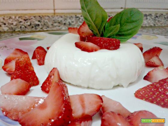 Panna cotta al basilico con fragole fresche