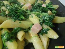 Pasta agli spinaci, prosciutto cotto, pinoli e mascarpone