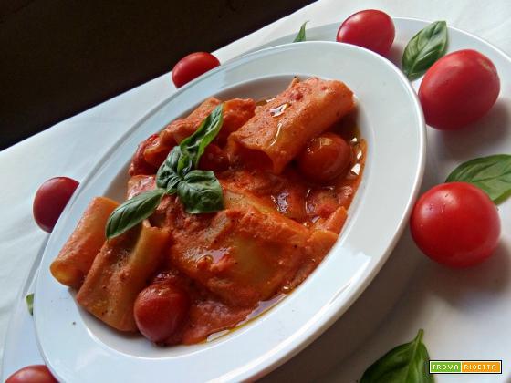 Pasta al pomodoro, feta e basilico