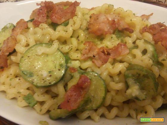 Pasta con zucchine e bacon croccante