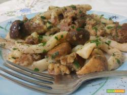 Pasta fresca (strozzapreti) funghi e salsiccia