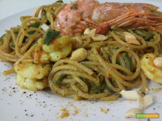 Pasta integrale (risottata) con zucchine, curry, gamberoni ed arachidi