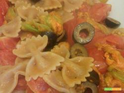 Pasta integrale pomodorini, olive e fiori di zucca