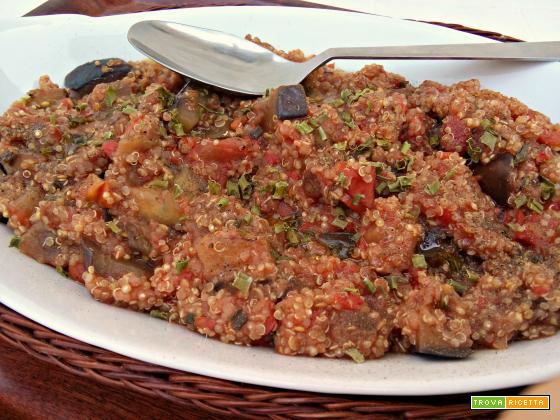 Quinoa piccante al pomodoro e melanzane