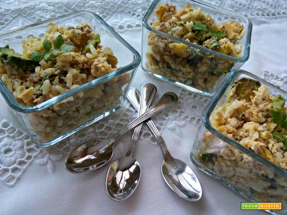 Uova strapazzate fredde con zucchine, riso e tonno