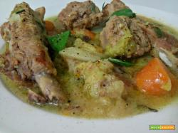 Zuppa di costine e salsicce con verza e carote