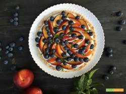 Fruit pizza pesche mirtilli e crema dolce alla ricotta.