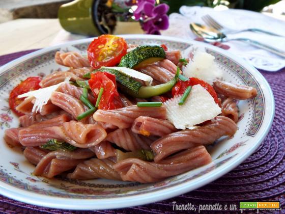 Fiaccole al vino rosso con zucchine e pomodorini caramellati