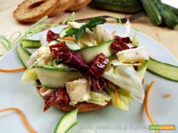 Insalata mista con zucchine, briee e pomodorini secchi