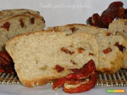 Pane piccante con pomodorini, olive e stracchino